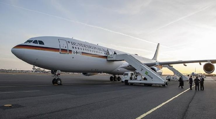 Γερμανία :Φορτηγάκι έπεσε πάνω στο αεροπλάνο της Μέρκελ | Sofokleousin